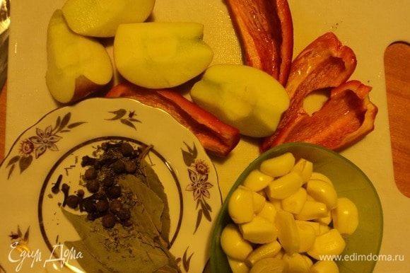 Чеснок — на зубчики, яблоко и перец сладкий нарезали, да, конечно, здорово для аромата лавровый листок.