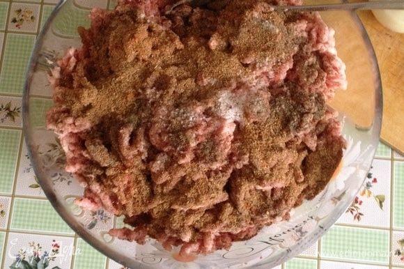 К фаршу добавить соль, смесь перцев, специи (у меня паприка, розмарин, майоран), яйцо, размоченный хлеб перемешать до однородности.