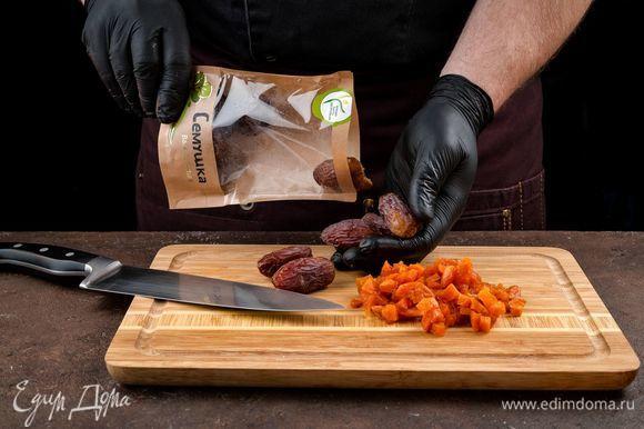 Сушеные абрикосы и финики «Семушка» (предварительно промыть и высушить) измельчите и вмешайте в основную массу.