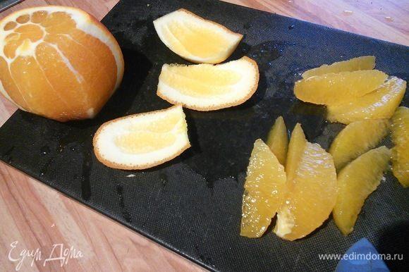 Салатный микс у меня состоит из руколы, молодого шпината и айсберг салата. Первым делом филируем апельсин. В салатник складываем салатный микс, дольки апельсина (сок собираем, он пригодится в заправке).