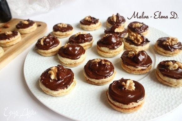 Сверху поместить половинки ядер грецких орехов, предварительно окунув в растопленный шоколад четвертинки орехов. Дать немного постоять при комнатной температуре. Поместить на 1 час в холодильник. Приятного чаепития!