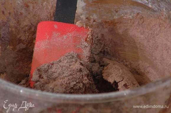 Приготовить тесто для печенья: сахар соединить с предварительно размягченным сливочным маслом и взбить блендером с насадкой-венчиком, затем влить ванильный экстракт, молоко и взбить еще немного, всыпать через сито муку и какао, добавить разрыхлитель, соль и вымешать тесто лопаткой (если оно получается слишком крутым, влить еще молока или добавить немного сливочного масла).