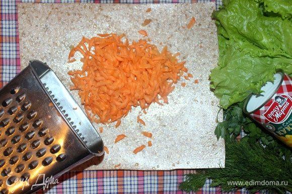 Морковь чистим и трем на терке. По желанию, свежую морковь можно заменить на корейскую.