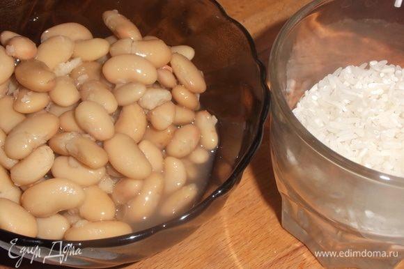 Добавить в суп промытый рис и фасоль без жидкости.