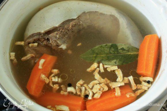 За 30 мин до окончания варки добавить соль и сушеный корень сельдерея или петрушки, за 10 минут — лавровый лист.