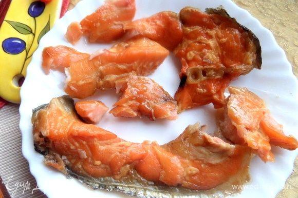 Копченого лосося отделить от кожицы и костей.