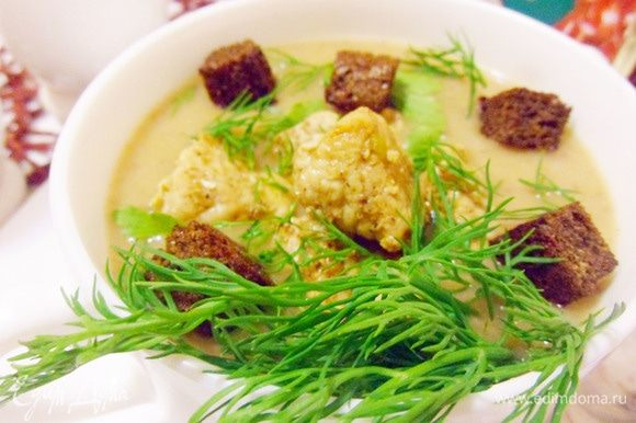 Разлить суп по тарелкам, добавить пряную индейку, чесночные гренки и зелень (по желанию).