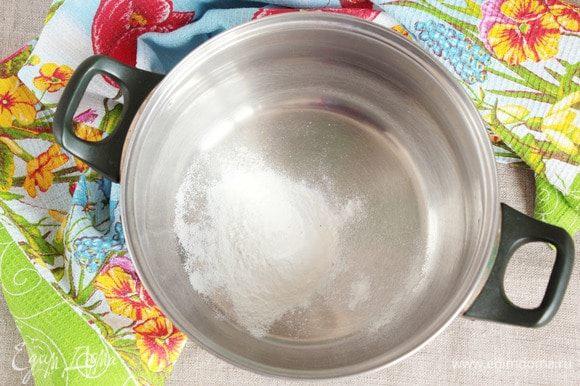 Заранее отмерить сухой заменитель сливок (4 ст. л.), лимонную кислоту (1/3 ч. л.) и ванилин (1/4 ч. л.). Я кладу в емкость для взбивания, а сироп буду варить в микроволновой печи. Можно же сделать наоборот: сварить сироп в кастрюльке на плите, а затем всыпать сухую смесь.