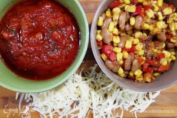 Начинка и соус готовы, натираем сыр.