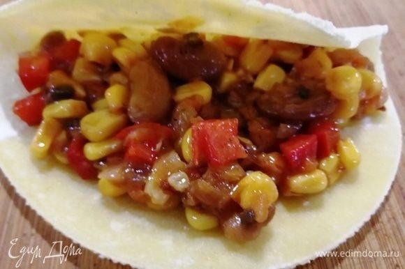 На кукурузную лепешку выкладываем овощную смесь.