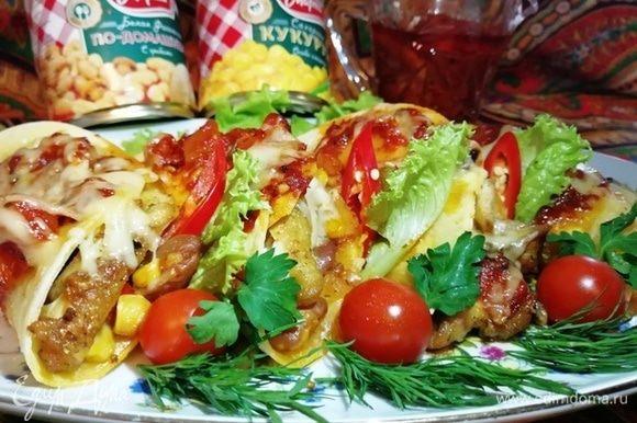 Через 10 минут тако с овощами и курицей готовы!