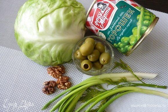Подготовить ингредиенты для салата. Капусту и зелень помыть. Орехи подсушить в микроволновке.