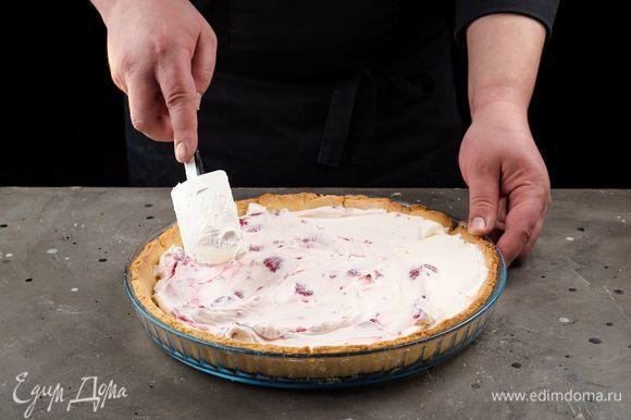 Разровняйте начинку и выпекайте тарт в заранее разогретой до 220°С духовке 30 минут.