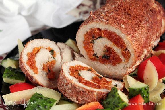 К рулету достаточно подать нарезку из свежих овощей. Приятного аппетита, и пусть вам будет вкусно!