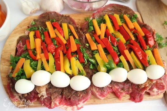 Положить вдоль куска брусочки перца и моркови.