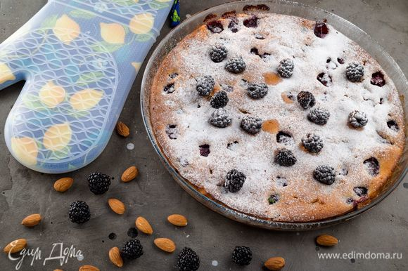 Выпекайте в разогретой духовке 35–40 минут. Готовый пирог остудите, посыпьте сахарной пудрой и украсьте оставшейся ежевикой. Приятного чаепития!