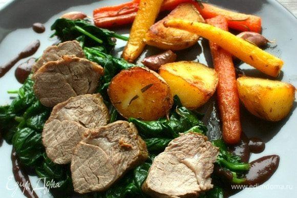 Мясо получается нежнейшее, овощи ароматными, соус шелковистым. Приятного аппетита! Приятной компании!