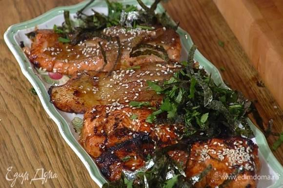 Рыбу выложить на блюдо и посыпать нарезанными листами нори, кинзой и шнитт-луком.