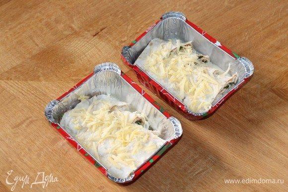 Полить рулетики оставшейся яично-кефирной смесью и посыпать тертым сыром без зелени (3 ст. л.).