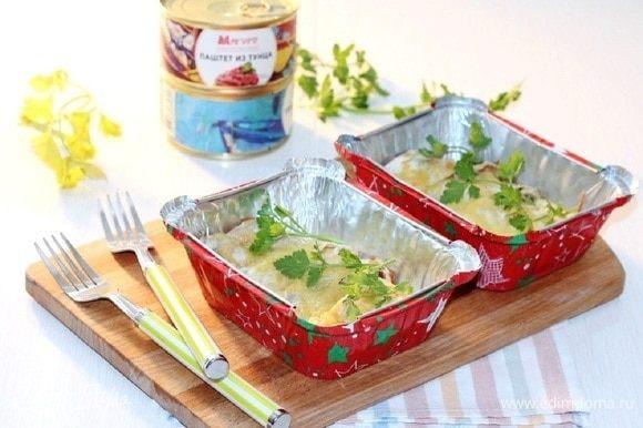 Поставить формочки в разогретую до 190°C духовку на 20 минут. Приготовленное блюдо украшаем зеленью и подаем. Приятного аппетита!