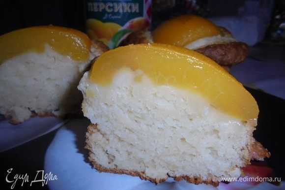 А это пирог на разрезе (резала горячим, не стерпела). Воздушный нежный мякиш, ароматная начинка! Приятного аппетита!