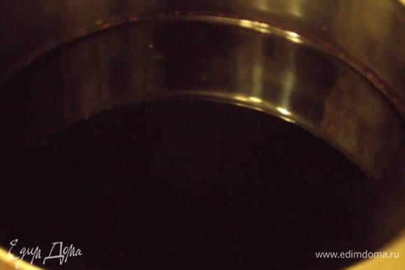 Морс добавить в кастрюлю с сахаром и на огне довести до кипения. Напиток готов. Его можно закатывать, как заготовку на зиму. Получается концентрированный напиток. Перед употреблением разбавить кипяченой водой по вкусу. Похож на вишневый компот. Приятного аппетита!