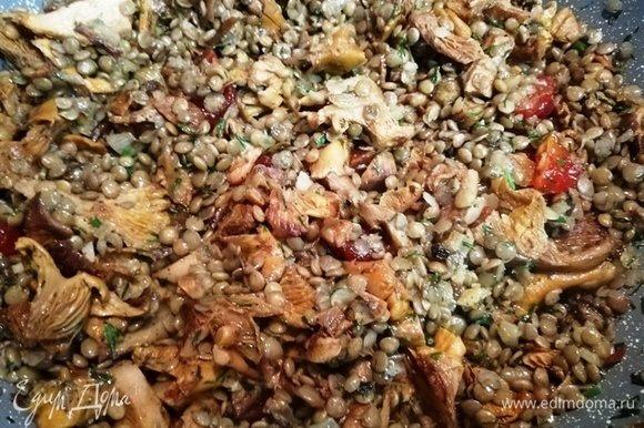 Смешиваем чечевицу с овощной заправкой. Солим и перчим по вкусу, накрываем крышкой.
