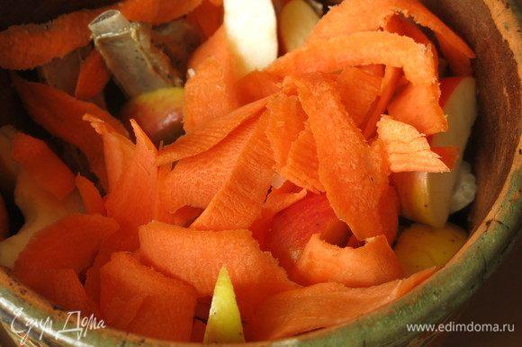 Перекладываем ребра дольками яблок и кладем сверху морковь.
