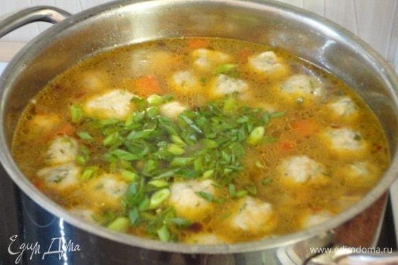 Теперь пришла очередь зеленого горошка. Добавляем его в суп вместе с жидкостью, а также любимые сухие пряности, например, прованские травы. Я еще решила добавить зелень чеснока с подоконника. Пробуем на соль. Доводим до кипения и выключаем плиту. Даем настояться 10 минут.
