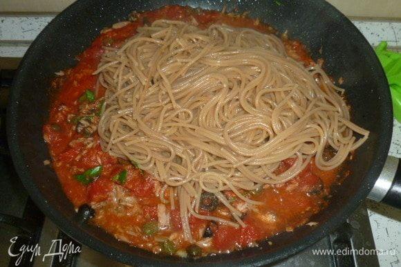 Готовые спагетти переложить в соус, прогреть. При необходимости добавить воды, оставшейся от варки спагетти.