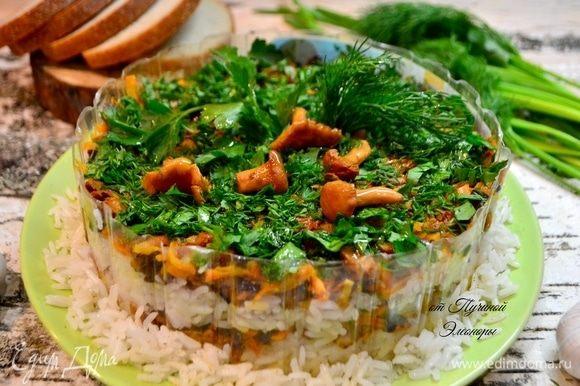 Незабываем снять обруч перед подачей блюда на стол и слегка маслом сбрузныть грибы и зелень, будто это роса или капли дождя.
