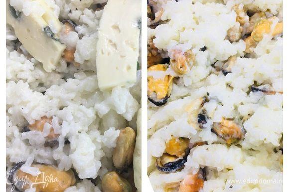 Нарезанный голубой сыр добавляем к рису, еще раз перемешиваем, и блюдо готово.