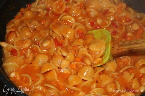 Периодически перемешивайте и подливайте в пасту жидкость. Если вы добавите больше бульона, у вас получится суп, но это на ваше усмотрение, вкусно будет в любом варианте.