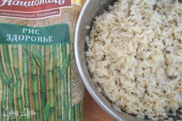 Для салата нам понадобится 200 граммов уже отваренного риса. Я использую рис Здоровье ТМ «Националь». Это нешлифованный бурый рис, очень полезный! Варится он немного дольше обычного, около 30 минут, в подсоленной воде.