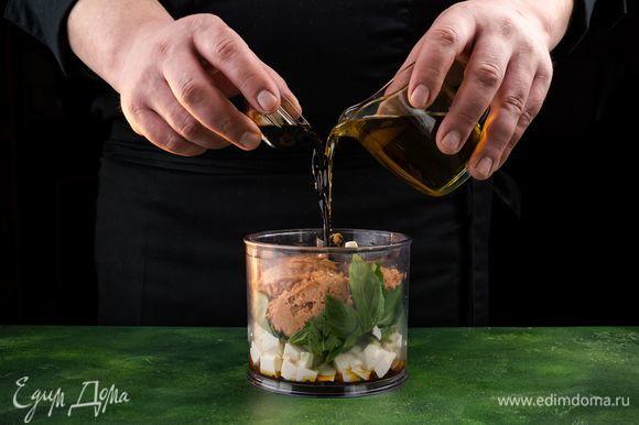 К полученной массе добавьте растительное масло и соевый соус.
