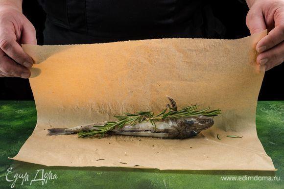 На пергамент выложите пару веточек розмарина, на него — ледяную рыбу ТМ «Магуро». Заверните рыбу в пергамент и запекайте при 180°С 40–60 минут, в зависимости от вашей духовки. Когда рыба будет готова, откройте сверху пергамент и поставьте на пару минут под гриль, чтобы рыбка подрумянилась.