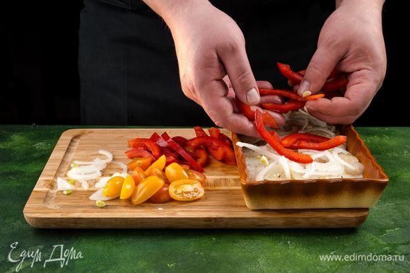 В форму для запекания выложите треску, а сверху — овощи. Накройте фольгой и поставьте в разогретую духовку. Запекайте 35 минут при температуре 180°С.