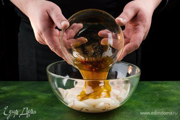 Залейте кальмары половиной маринада и оставьте на 15 минут. Разогрейте сковороду гриль, отряхните кальмары от маринада и обжарьте по 1 минуте с каждой стороны.