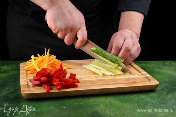 Болгарский перец, огурец и морковь нарежьте тонкой соломкой.