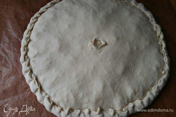 Накрыть второй половиной теста, защипать края пирога, в середине сделать отверстие.