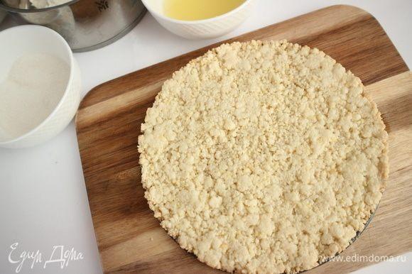 Выпекать корж 20 минут в предварительно разогретой до 180°C духовке. Вынуть корж из духовки, дать немного остыть, освободить от формы.