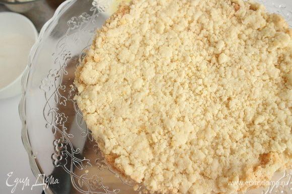Положить на плоскую тарелку или поместить на специальную подставку для торта.