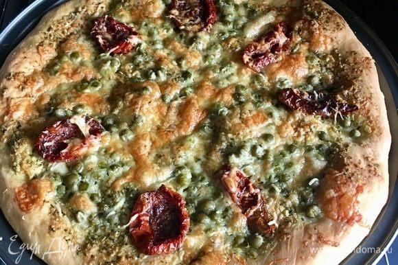 К тому времени наша пицца готова. Ее вынимаем, а кокотницы отправляем в духовку буквально на 10 мин., просто чтобы ингредиенты еще немного соединились в горячей духовке, а сыр поплыл.
