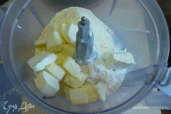 Для теста в комбайн сложить три вида муки, соль, перец. Добавить нарезанное кубиками масло и прокрутить недолго до состояния крошки.