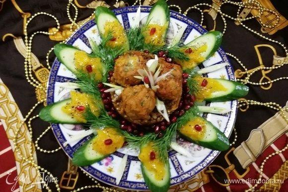 Украшаем блюдо свежим огурцом, манго, перцем и гранатом. А вообще, как подскажет фантазия:)
