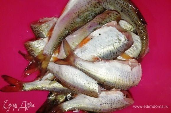 Отрезать голову и выпотрошить рыбу.