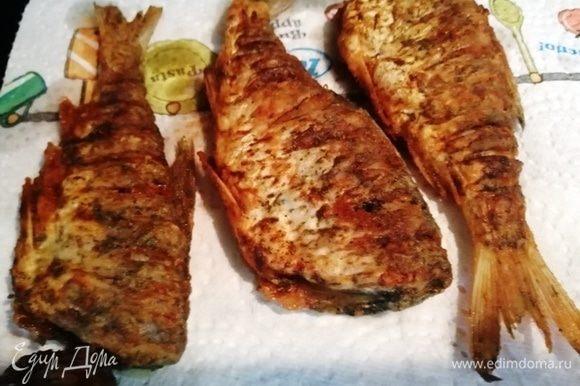 Жареную рыбу выкладываем на бумажное полотенце, чтобы лишний жир впитался.