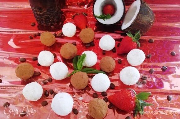 Подаем конфеты к столу.