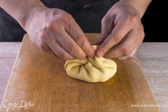Выложите на каждую лепешку начинку, соедините края теста, чтобы получились мешочки.