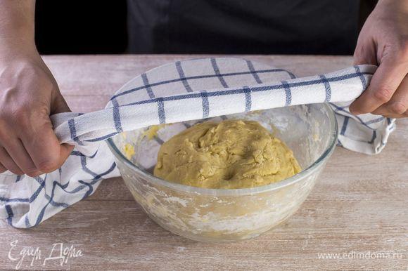 Замесите эластичное тесто. Сформируйте ком и оставьте на полчаса.